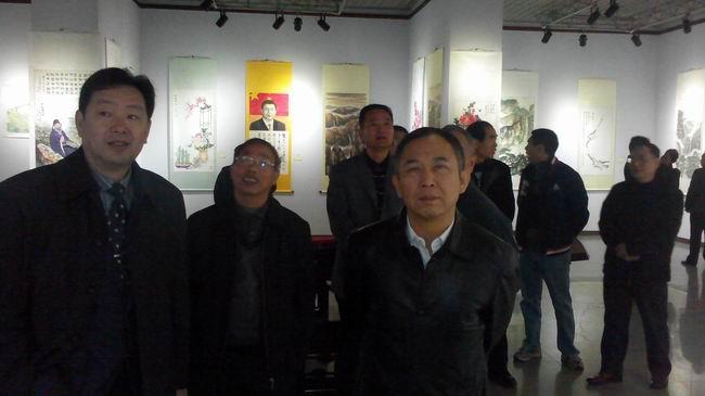 陈曦院长陪同政协主席李飞参观画展