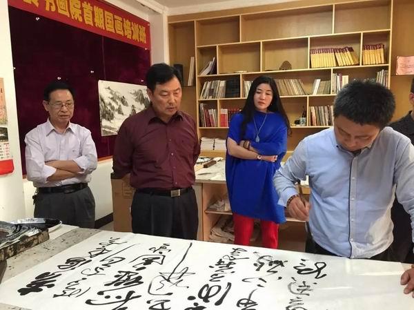 中国书画收藏家协会驻会书法家,中国扇子艺术学会理事郭礼勋现场挥毫图片