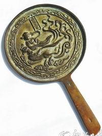 古铜镜集观赏、实用、珍藏于一身 精品佳藏需听声看形辨锈闻味